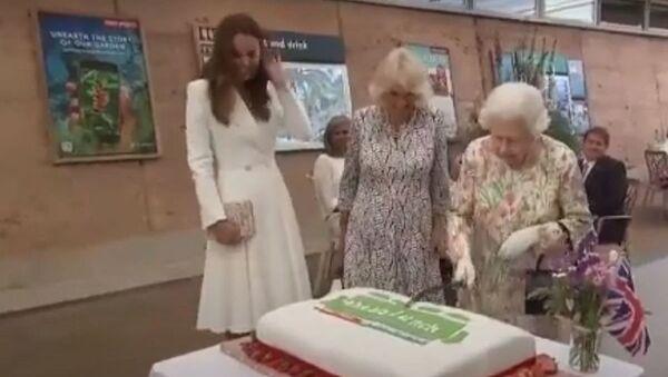 Так незвычайней: Елізавета II з'явілася з шабляй на саміце G7 - відэа - Sputnik Беларусь