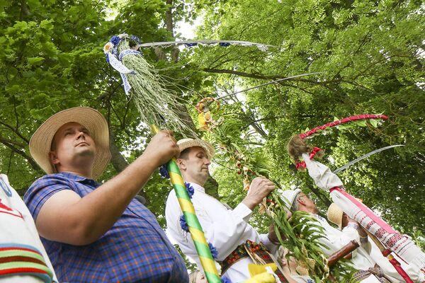 Сначала косцы продемонстрировали, как украсили свои косы к празднику. Это был первый этап конкурса. - Sputnik Беларусь