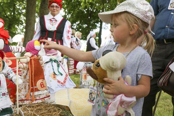 Традиции кукол-оберегов в Липнишках сохраняют в кружке Беларуская лялька Марии Пякши. - Sputnik Беларусь