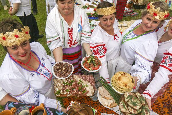 Участники с удовольствием угощали белорусскими блюдами и закусками. - Sputnik Беларусь