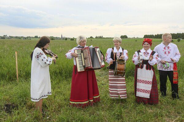 На лугу их встречали с музыкой. - Sputnik Беларусь