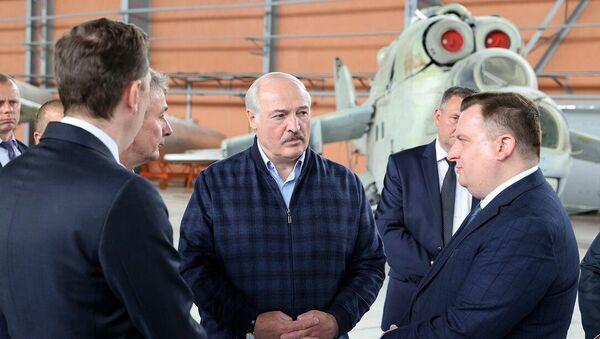 Аляксандр Лукашэнка ў час наведвання Аршанскага авіярамонтнага завода  - Sputnik Беларусь