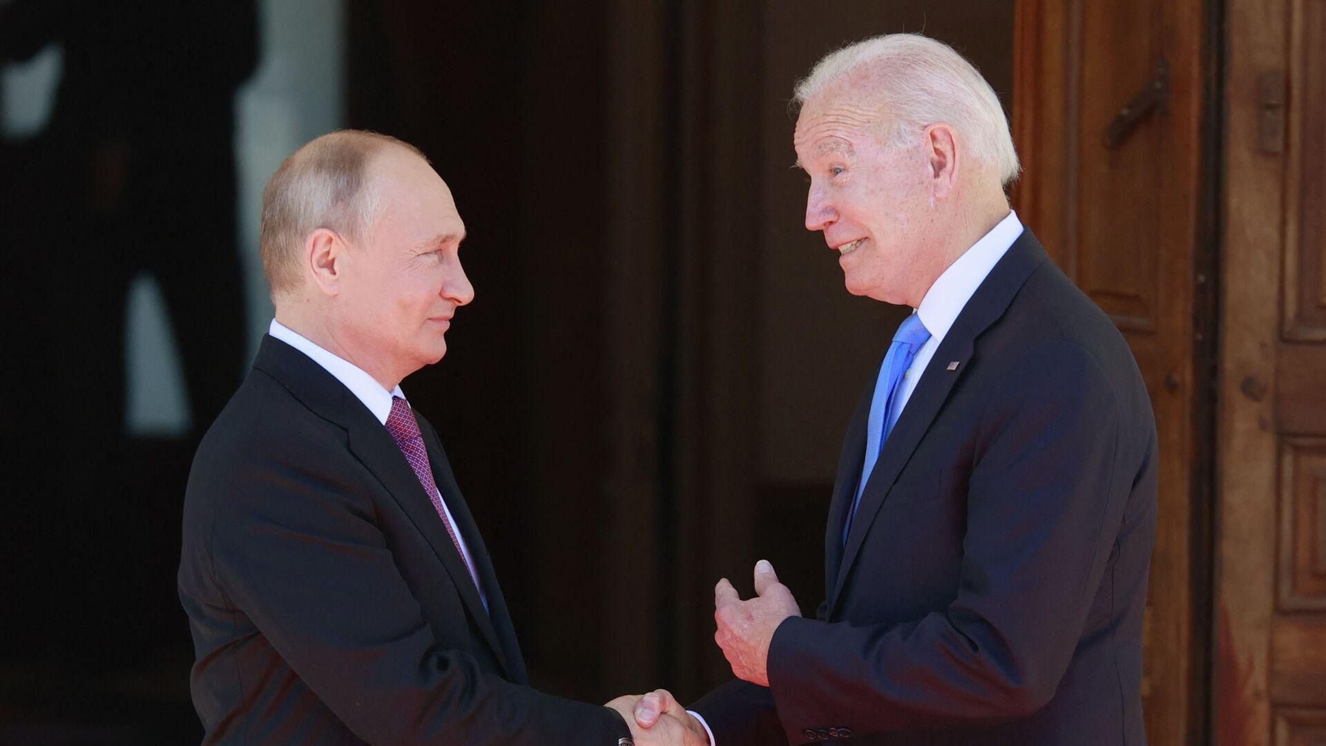 Президент РФ Владимир Путин и президент США Джо Байден во время встречи в Женеве - Sputnik Беларусь, 1920, 09.07.2021