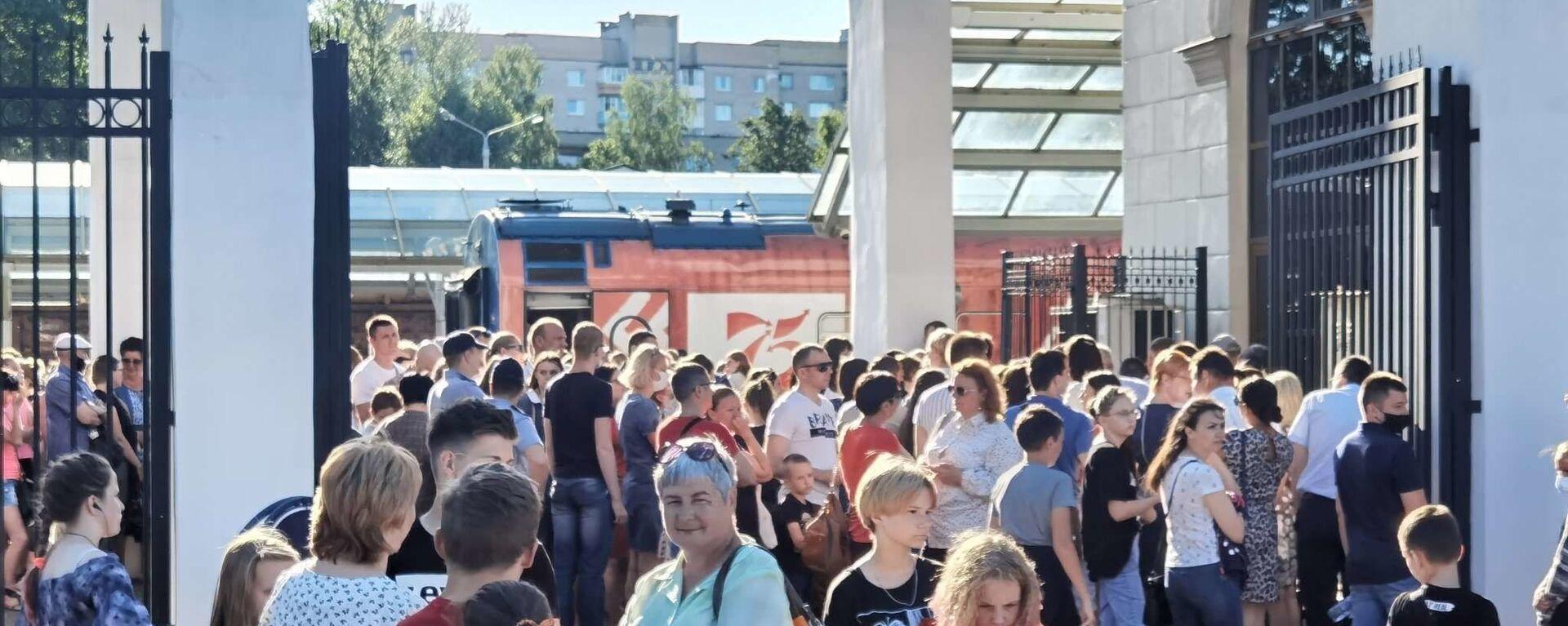 В Витебске выстраиваются длинные очереди на Поезд Победы - Sputnik Беларусь, 1920, 17.06.2021