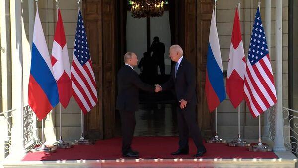 Жара, давка и путаница в фамилиях: моменты встречи Путина и Байдена - Sputnik Беларусь