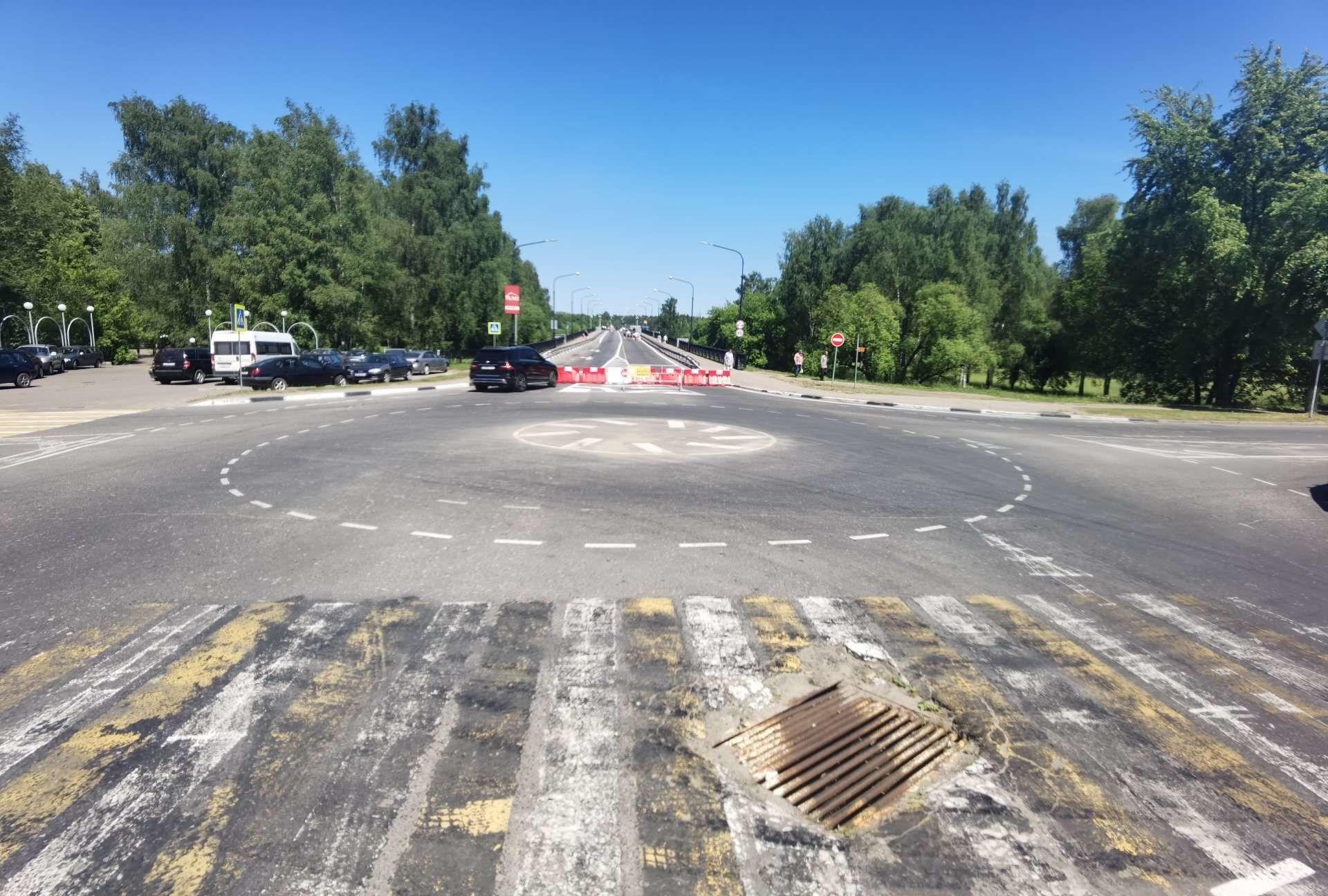 Та самая кольцевая разметка, из-за которой поначалу перед мостом стояли пробки - Sputnik Беларусь, 1920, 29.06.2021