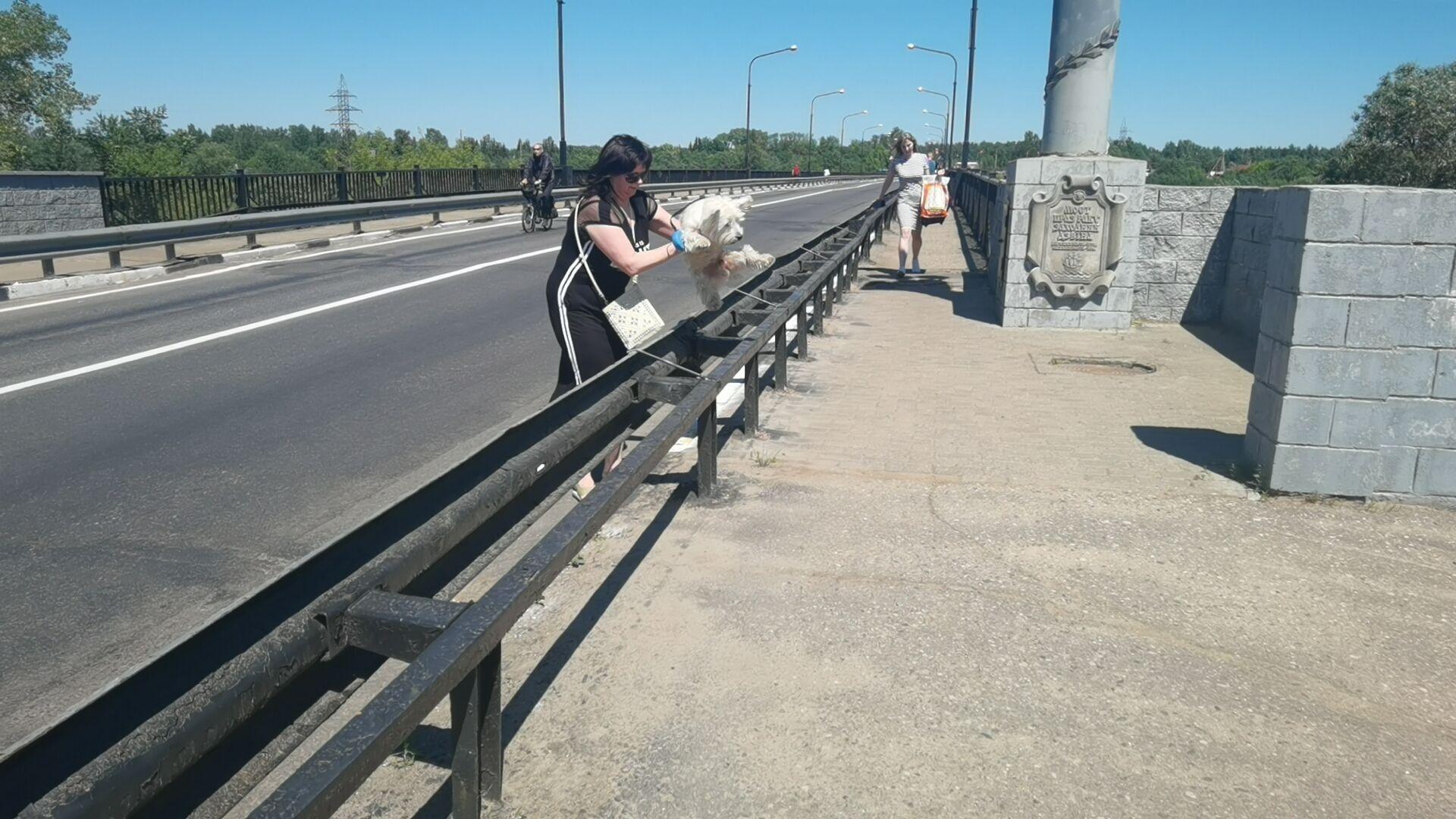 Прогулка по мосту превращается для граждан в полосу препятствий - Sputnik Беларусь, 1920, 29.06.2021