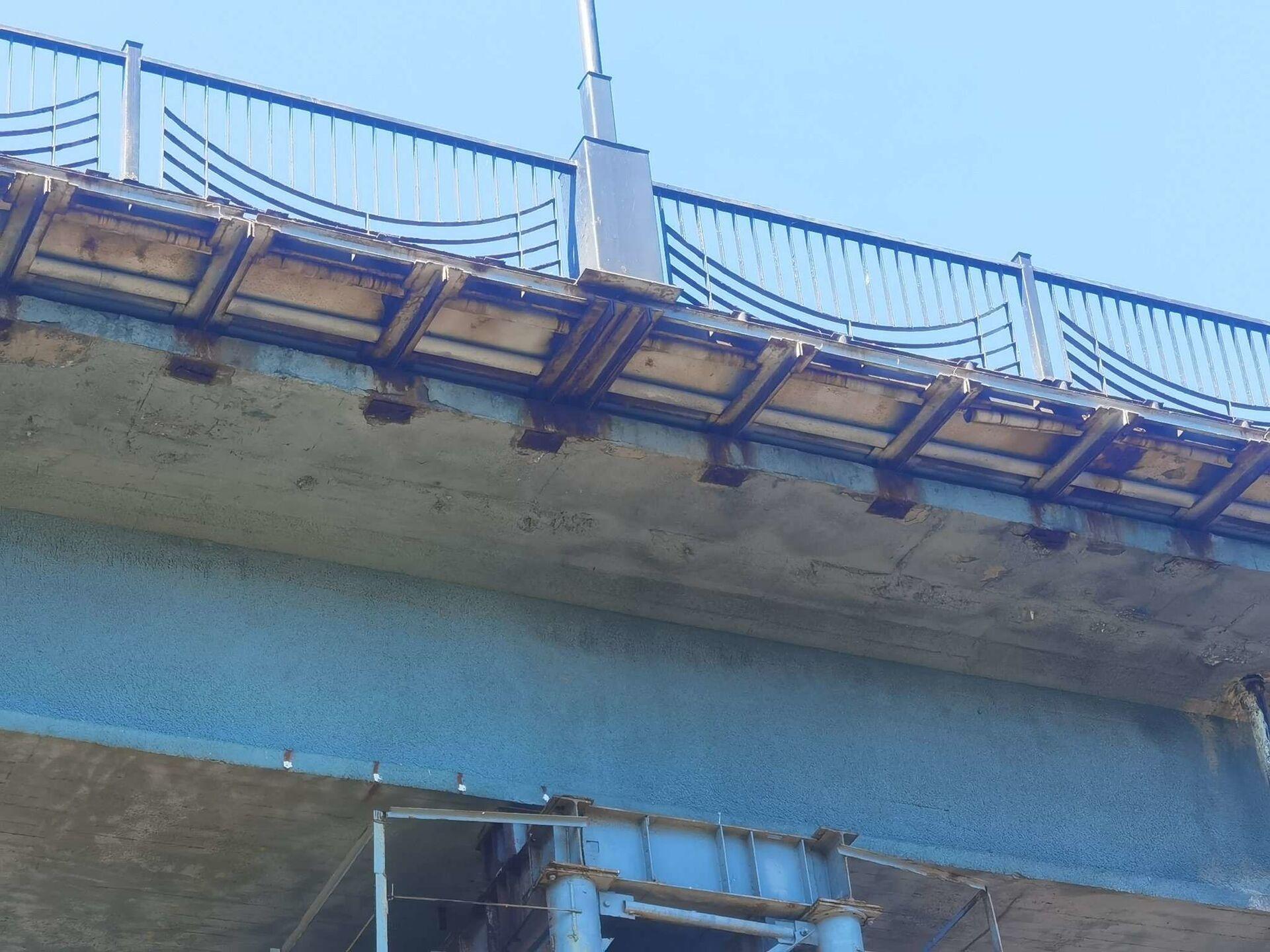 В 2000 году тротуары на мосту вынесли на специальные металлические консоли - Sputnik Беларусь, 1920, 29.06.2021