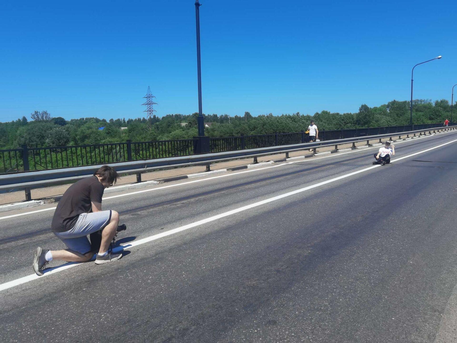 Пока мост закрыт для автомобилей, некоторые горожане используют его как фотозону - Sputnik Беларусь, 1920, 29.06.2021
