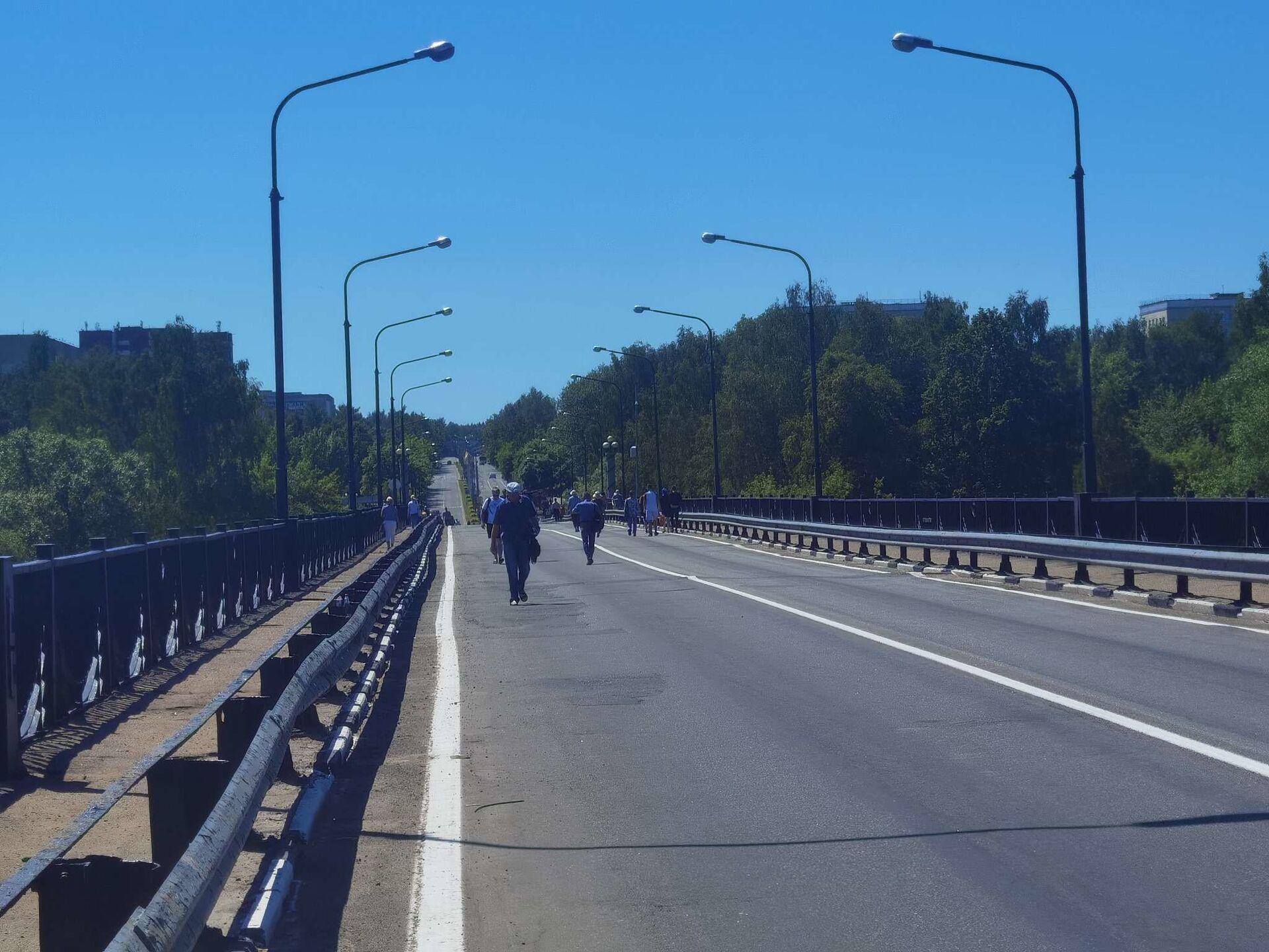 Пока новополоцкий мост предоставлен пешеходам, но это временно - Sputnik Беларусь, 1920, 29.06.2021