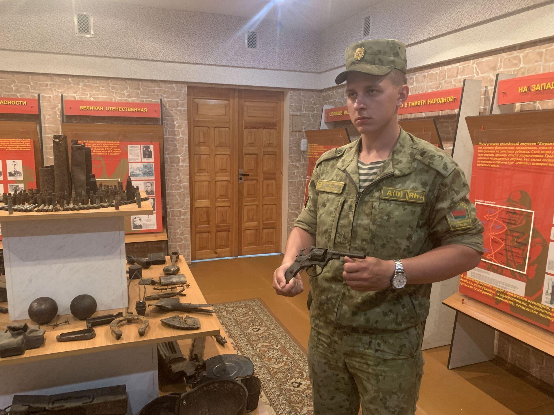 На заставе работает музей, который ежегодно принимает сотни экскурсионных групп. Главный экспонат - револьвер Виктора Усова - Sputnik Беларусь, 1920, 29.06.2021