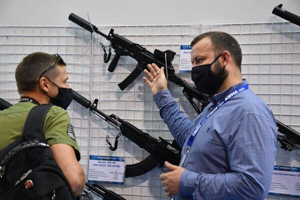 Любители тактических шутеров или просто профессионалы могли оценить на стендах стрелковое оружие белорусского производства.  - Sputnik Беларусь