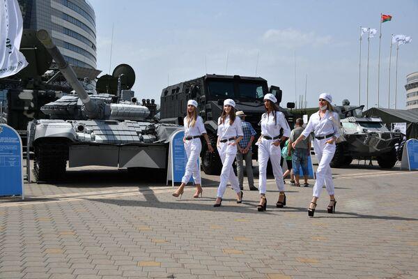 Любая выставка военной техники привлекает внимание публики, которой интересно прикоснуться к настоящим образцам, но украшением таких мероприятий все еще остаются девушки, которые и на вопросы ответят и для фотографов улыбнутся. - Sputnik Беларусь