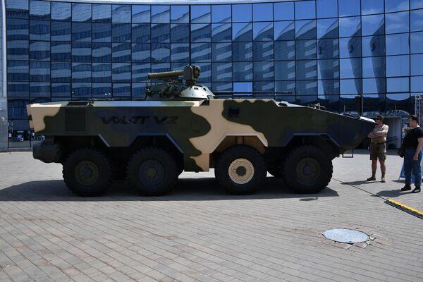 Несмотря на то что бронемашина стоит на колесном шасси своей компановкой она напоминает советскую классику – БМП-2. Белорусский БТР даже получил аналогичное вооружение в виде пушки 2А42. - Sputnik Беларусь