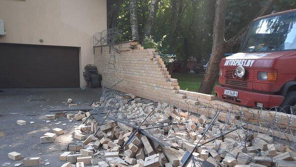 Разрушен забор посольства Латвии в Минске  - Sputnik Беларусь