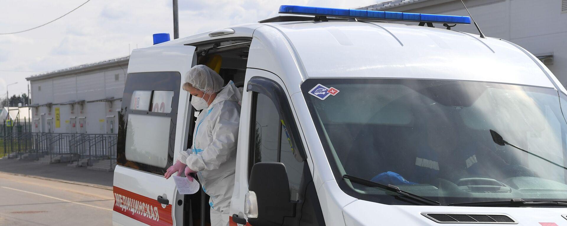 Медицинский работник выходит из салона скорой медицинской помощи - Sputnik Беларусь, 1920, 24.06.2021