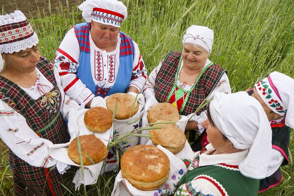 Традыцыя выпякання хлеба у вёсцы Кузьмічы налічвае не адну сотню гадоў. Некалькі сем'яў гэтай мясцовасці ніколі не пераставалі выпякаць хлеб. - Sputnik Беларусь