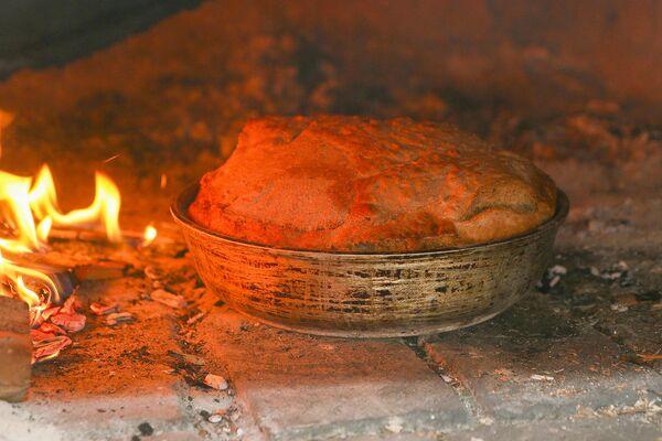Сітны хлеб - штодзённы, пшанічны - святочны, хлеб з прысмакамі, хлеб партызанскі, які ўтрымлівае інгрыдзіенты, якія выкарыстоўваліся ў ваенны час, - размоланыя жалуды, саламяная церуха, кара дрэў, што надае хлебу не толькі незвычайны смак, але і пэўныя сэнсы, звязаныя з гісторыяй, мясцовай культурнай спадчынай. - Sputnik Беларусь
