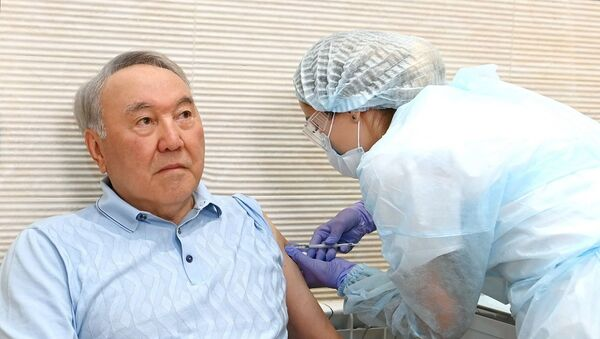 Первый президент Казахстана сделал прививку Спутник V - Sputnik Беларусь