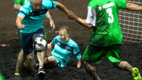 Беларусы згулялі ў футбол на балоце, было брудна і відовішчна – відэа - Sputnik Беларусь