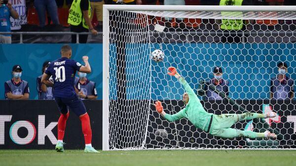 Килиан Мбаппе бьет пенальти, в воротах сборной Швейцарии Янн Зоммер - Sputnik Беларусь