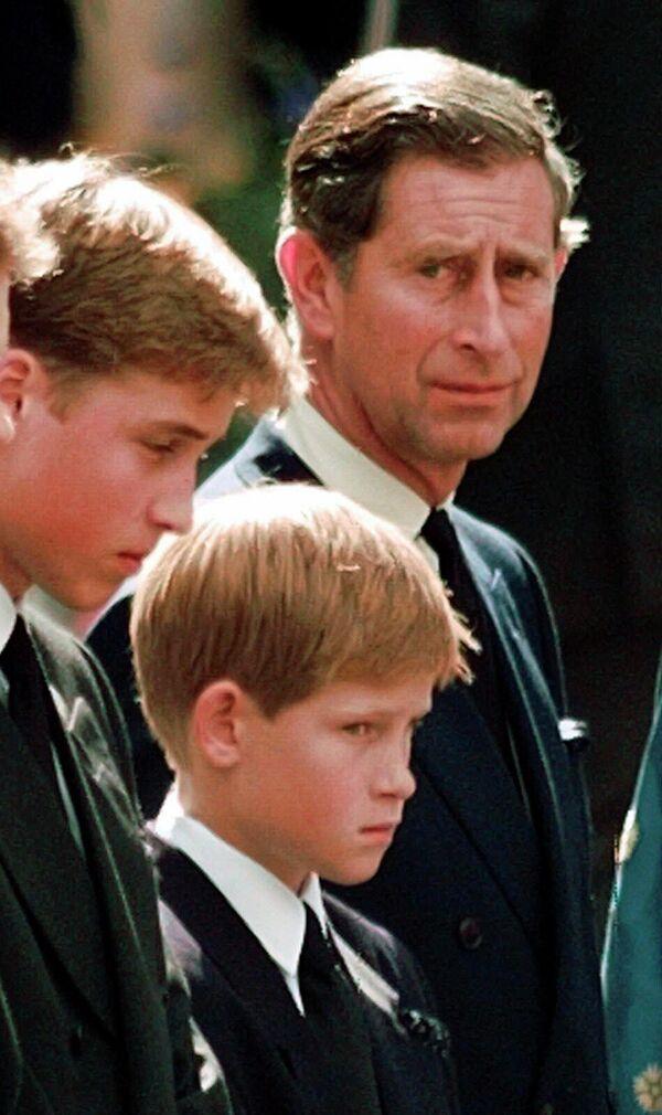 Чарльз, прынц Уэльскі, і яго сыны прынц Уільям і прынц Гары на пахаванні Дыяны. - Sputnik Беларусь