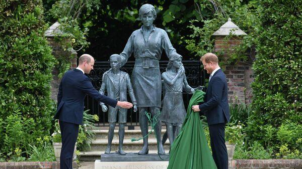 Сыновья принцессы Дианы принцы Уильям и Гарри открыли статую матери в саду Кенсингтонского дворца. - Sputnik Беларусь