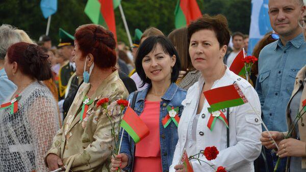 Настроение праздника ощущается несмотря на пасмурную погоду. - Sputnik Беларусь