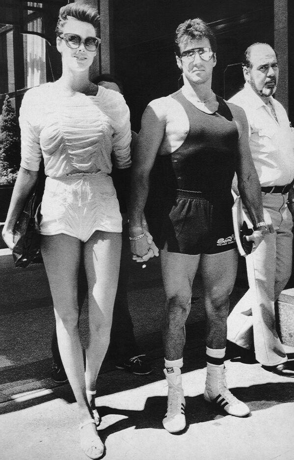 В 1985 году Сталлоне женился на 22-летней датской модели и актрисе Бригитте Нильсен. До этого он 10 лет был в браке с актрисой Сашей Зак, в котором у него родились два сына. Младшему сыну Серджео был поставлен диагноз аутизм, старший Сэйдж - актер и режиссер - был найден мертвым в своем доме в 2012 году. - Sputnik Беларусь