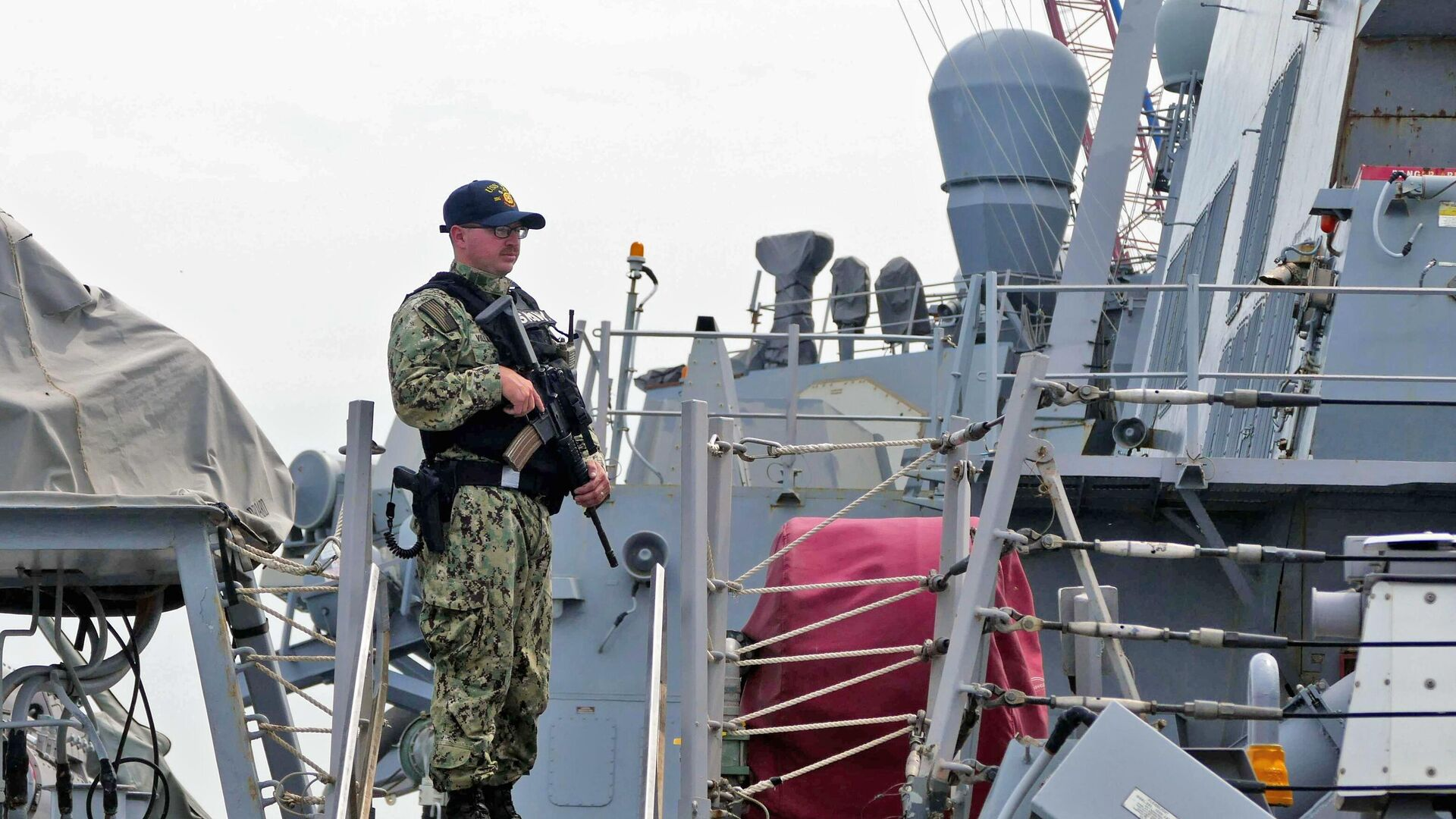 Военнослужащий флота США, участвующий в первом этапе морской фазы военных учений Sea Breeze-2021 - Sputnik Беларусь, 1920, 27.09.2021