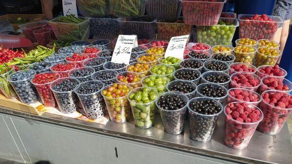 Сколько стоят ягоды на Комаровке  - Sputnik Беларусь