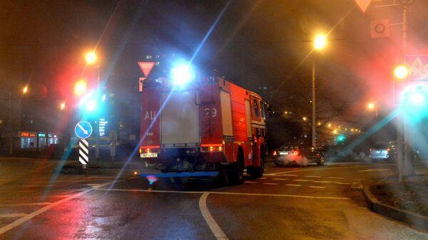Дым столбом: МЧС показало кадры ночного пожара в Барановичах - видео - Sputnik Беларусь