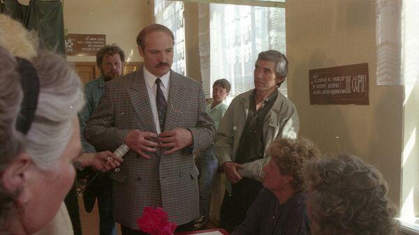 Як Лукашэнка галасаваў на выбарах у 1994 годзе - фота - Sputnik Беларусь