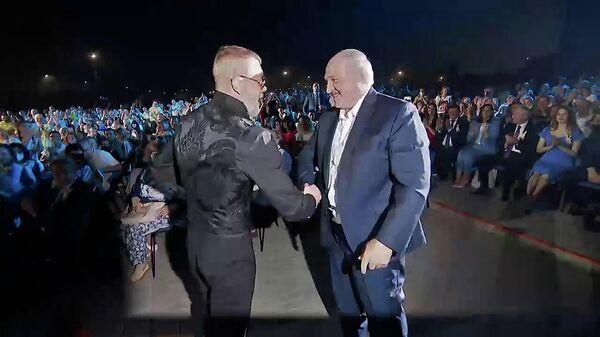 У кого крепче? Рэпер Серега предложил Лукашенко оценить рукопожатие – видео - Sputnik Беларусь