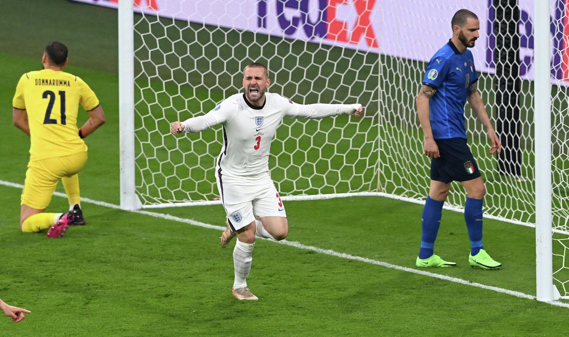 Люк Шоу празднует забитый первый гол в финале Евро 2020 - Sputnik Беларусь, 1920, 12.07.2021