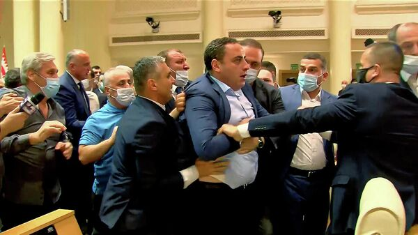 Врукопашную: депутаты устроили драку в парламенте Грузии - Sputnik Беларусь