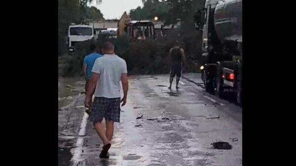 Упавшие после шквала деревья заблокировали дорогу под Слуцком  - Sputnik Беларусь