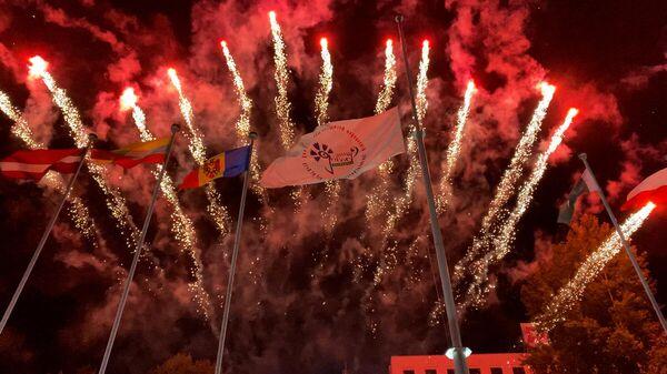 Начное шоу: цырымонія ўзняцця сцяга Славянскага базару-2021 - відэа - Sputnik Беларусь