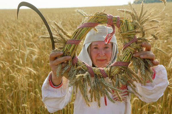 На дажынкі па традыцыі плялі вянок з апошняй лапінкі жыта. - Sputnik Беларусь