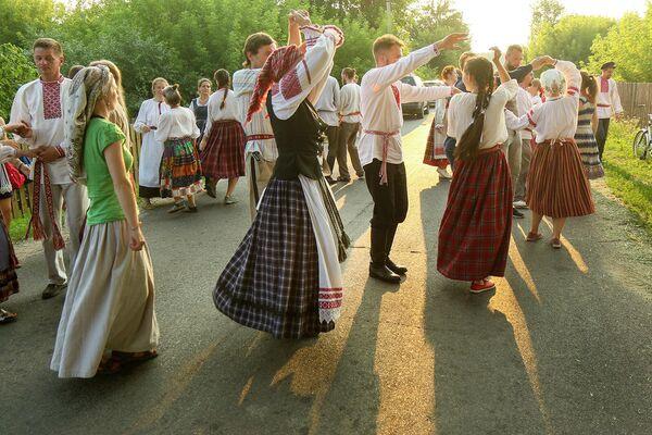 Традыцыйна з усёй Беларусі, а таксама з замежжа збіраецца моладзь, каб навучыцца народнай манеры танца, зведаць хаця б маленькую частку багатай –  аж у 95 танцаў – танцавальнай скарбонкі Любаншчыны. - Sputnik Беларусь