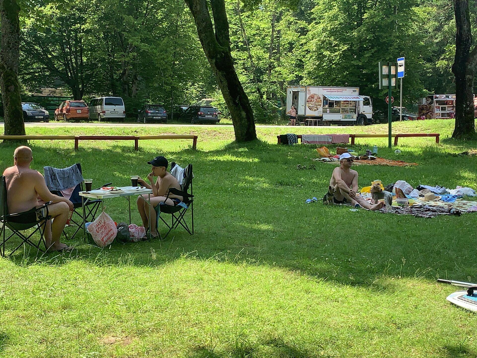 Многие местные отказались от купания и просто отдыхают в тени - Sputnik Беларусь, 1920, 15.07.2021