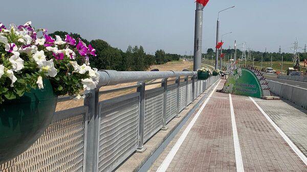Мост украшают цветами и флагами - Sputnik Беларусь