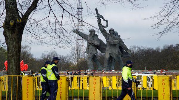 Узаконенный вандализм: как Прибалтика воюет с русским языком и памятниками - Sputnik Беларусь