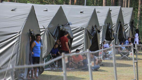 Палаткі з мігрантамі ў лагеры недалёка ад прыгранічнага горада Капчамесціс у Літве - Sputnik Беларусь