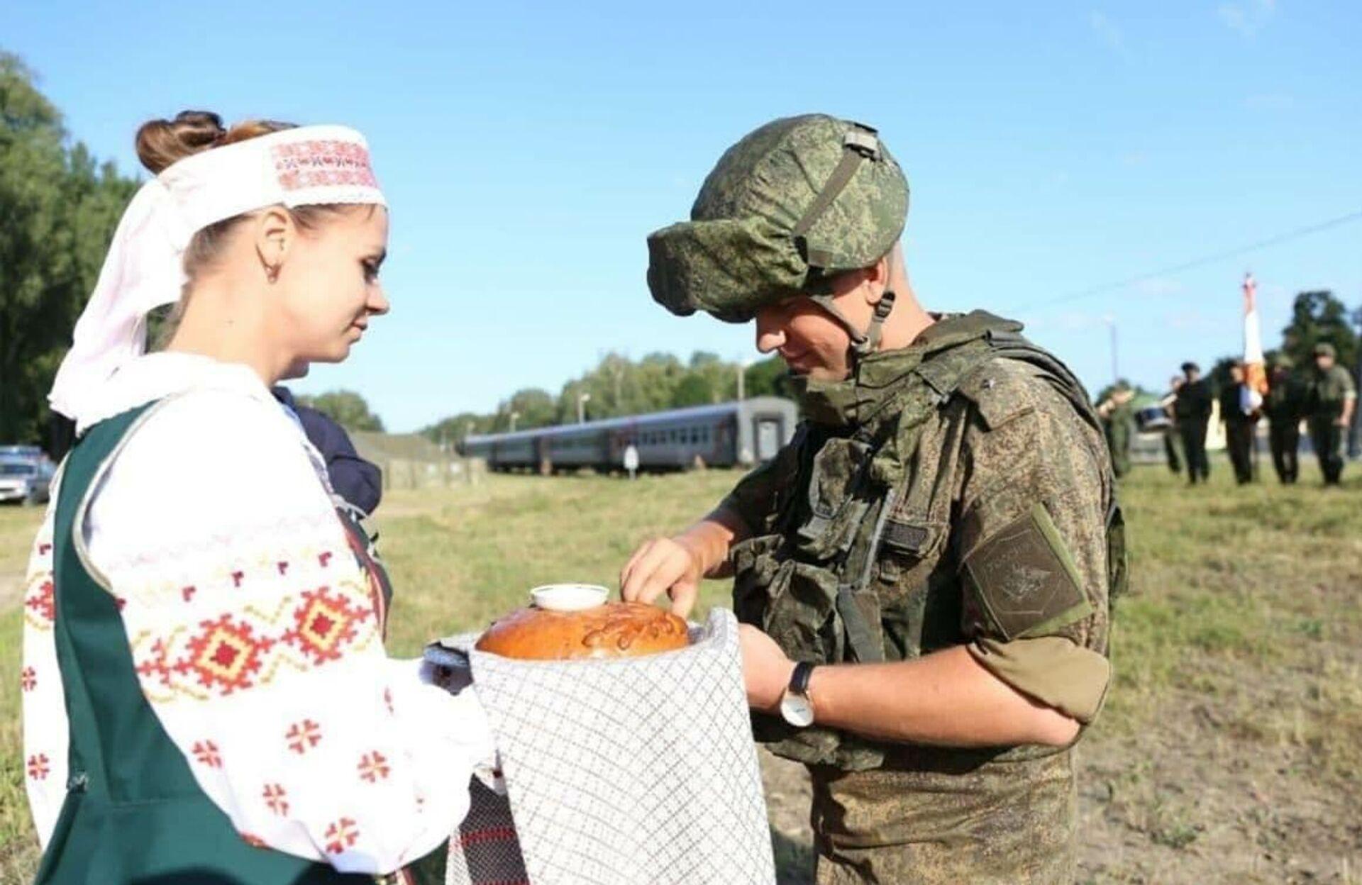 На станциях российских военных встретили белорусские военнослужащие с оркестром и хлебом-солью - Sputnik Беларусь, 1920, 22.07.2021