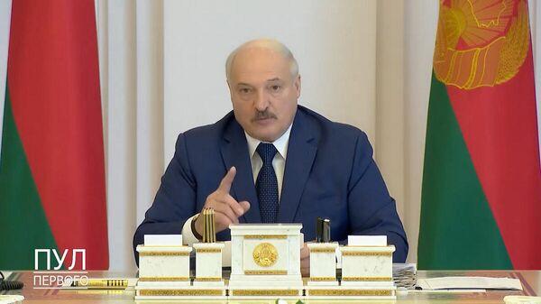 Александр Лукашенко поручил удушить несунов и проверить комбайны под заборами - Sputnik Беларусь