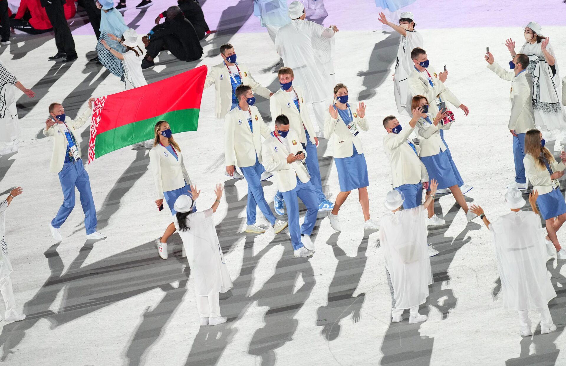 Спортсмены сборной Беларуси во время парада атлетов на церемонии открытия XXXII летних Олимпийских игр  - Sputnik Беларусь, 1920, 23.07.2021