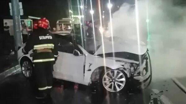 Электромобиль Tesla Model 3 врезался в столб и загорелся - видео - Sputnik Беларусь