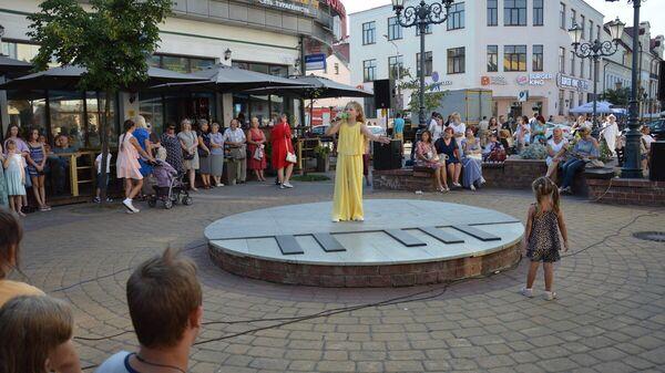 Фейерверка или масштабного концерта не было, однако выступления по городу прошли - Sputnik Беларусь