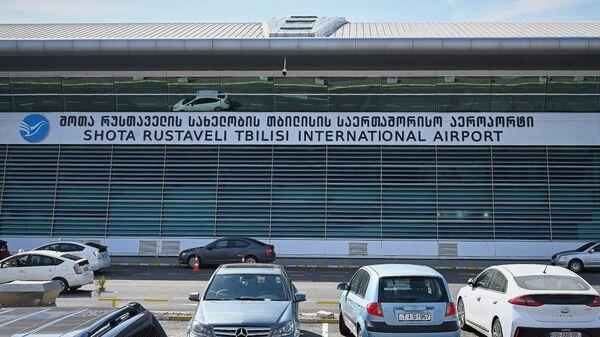 Машины на парковке у здания Международного аэропорта Тбилиси имени Шота Руставели - Sputnik Беларусь